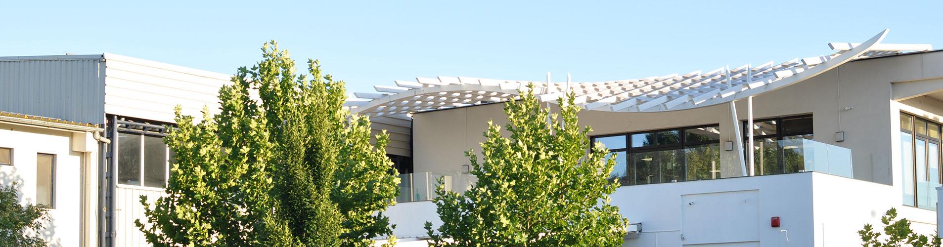 Vedere din exterior cu cladirea in care se afla Clubul Popeci