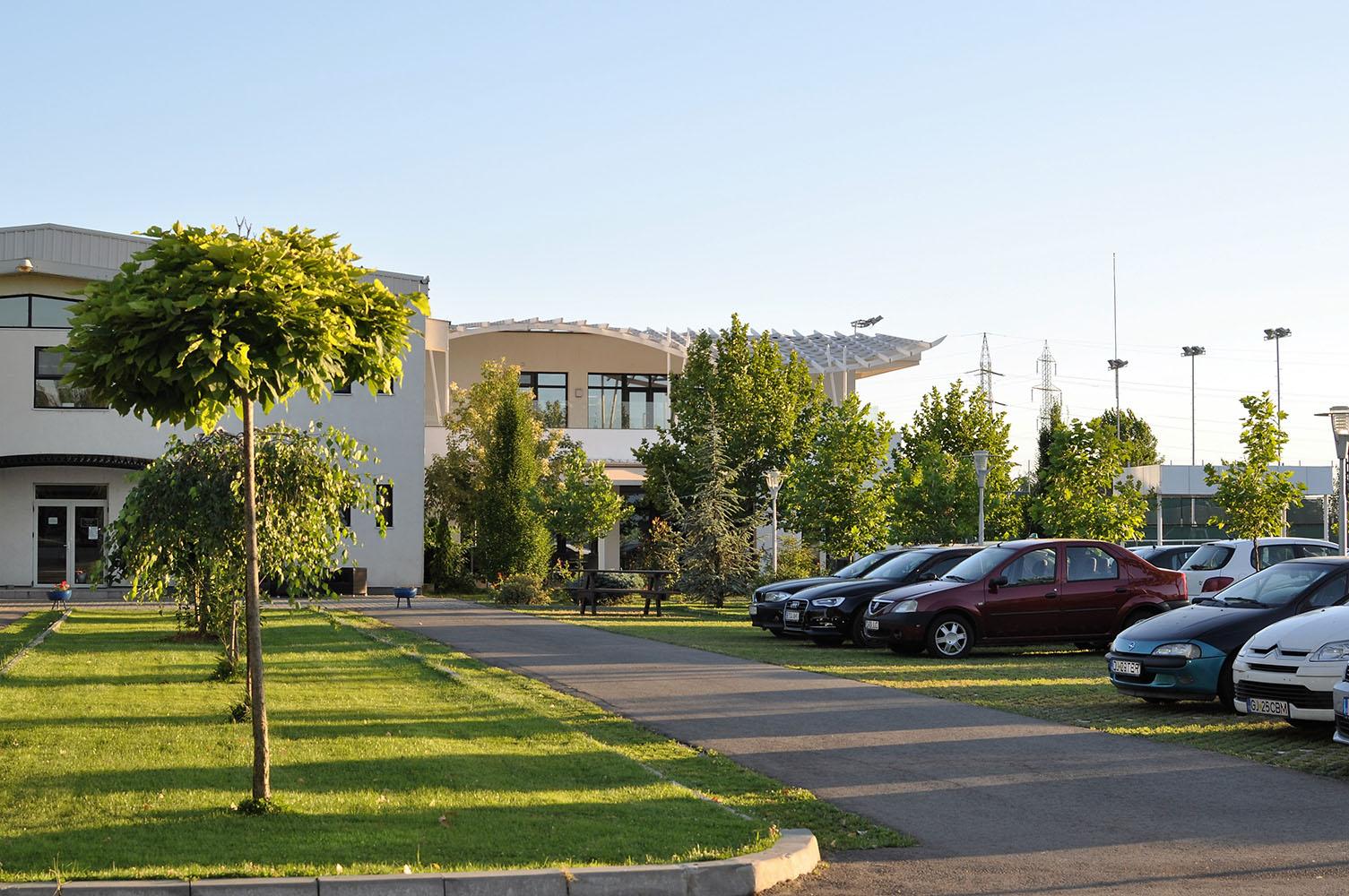 Vedere cu cladirea clubului Popeci din exterior