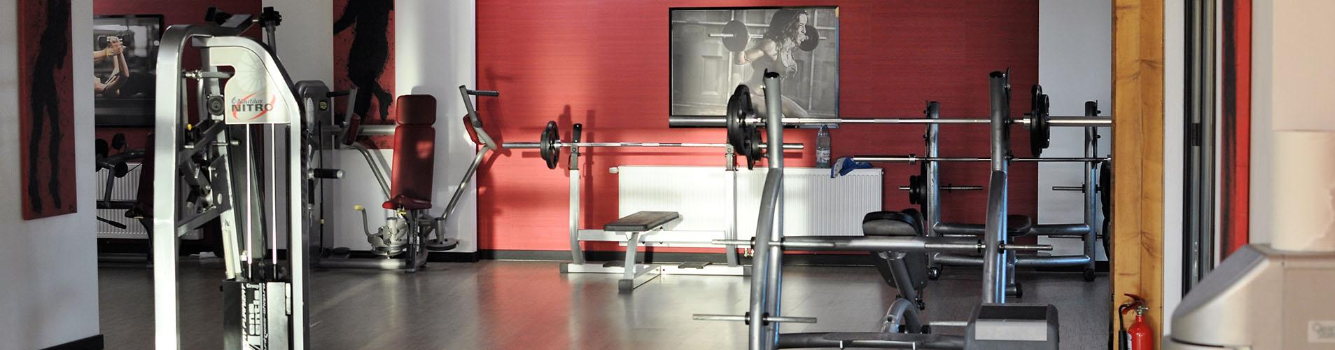 Aparate pentru exercitii in sala de fitness a clubului Popeci din Craiova