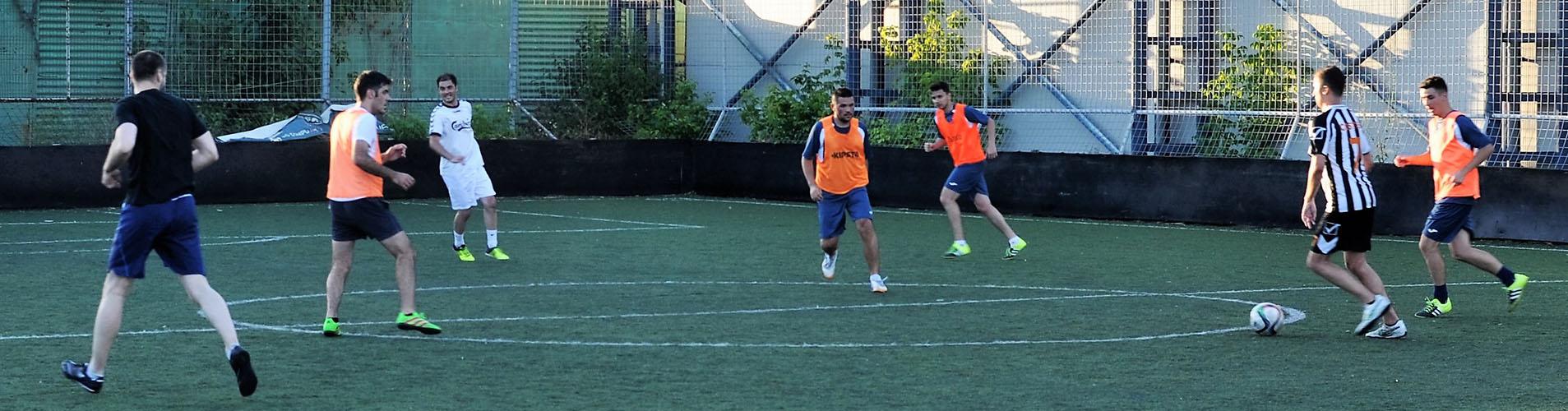 Baieti jucand fotbal pe un teren sintetic de fotbal de la Clubul Popeci