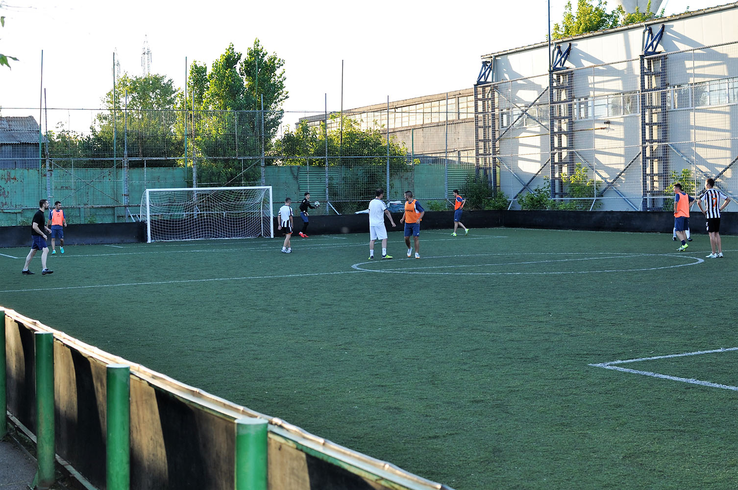Baieti jucand fotbal pe un teren sintetic la Clubul Popeci din Craiova