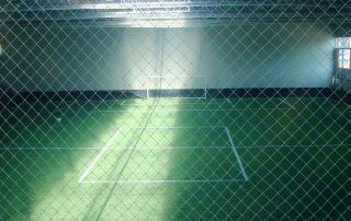 Vedere din interior cu un teren sintetic de fotbal in sala