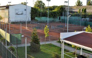 Vedere cu terenurile de tenis